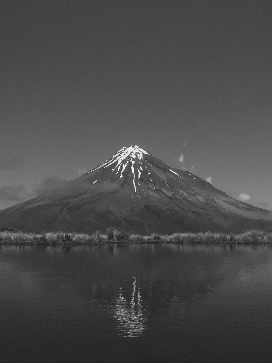 A picture of a mountain with snowy top